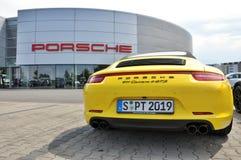 Dra tillbaka av gula Porsche 911 Carrera 4 GTS Royaltyfri Foto