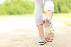 Dra tillbaka av jogger'sens ben på banan Arkivfoton