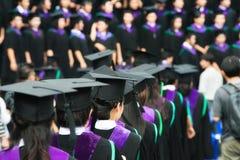 Dra tillbaka av kandidater under avslutning på universitetet Slut upp på royaltyfri foto