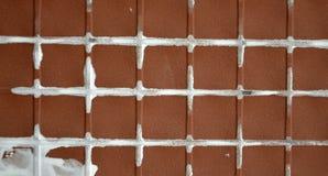 Dra tillbaka av keramiska tegelplattor Arkivfoto
