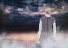 Dra tillbaka av kvinnan som ser moln arkivbilder