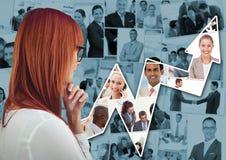 Dra tillbaka av kvinnan som tänker mot blåa bilder av den affärsfolk och pilen arkivfoto