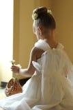 Dra tillbaka av liten flicka med blomman Royaltyfri Foto