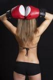 Dra tillbaka av nätt flicka med boxninghandskar Royaltyfri Bild