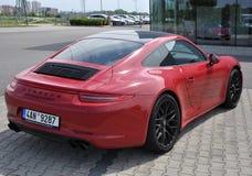 Dra tillbaka av röda Porsche 911 Carrera 4 GTS Royaltyfria Foton