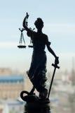 Dra tillbaka av skulptur av den themis-, femida- eller rättvisagudinnan Arkivbilder