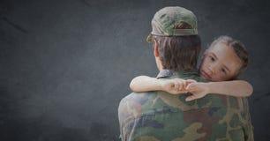 Dra tillbaka av soldat med dottern mot grå bakgrund med grungesamkopieringen royaltyfri foto