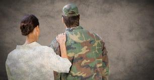 Dra tillbaka av soldat och fru mot brun bakgrund med grungesamkopieringen vektor illustrationer