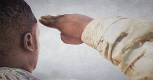 Dra tillbaka av soldaten som saluterar mot den vita väggen med grungesamkopieringen royaltyfria foton