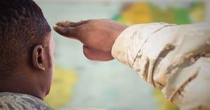 Dra tillbaka av soldaten som saluterar mot oskarp översikt stock illustrationer