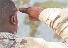 Dra tillbaka av soldaten som saluterar mot oskarp översikt vektor illustrationer
