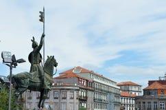 Dra tillbaka av statyn av den Dom Pedro droppen på den Porto domkyrkan i Porto, Portugal royaltyfria foton