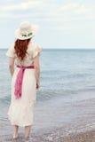 Dra tillbaka av tappningkvinna på sjösidan Royaltyfria Bilder