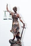 Dra tillbaka av themis-, femida- eller rättvisagudinnaskulptur på vit Royaltyfria Bilder