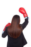 Dra tillbaka av ung asiatisk affärskvinna med boxninghandsken Arkivbilder
