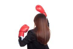 Dra tillbaka av ung asiatisk affärskvinna med boxninghandsken Arkivbild