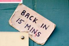 Dra tillbaka i 15 minuter undertecknar på dörröppningen av affären Royaltyfria Bilder