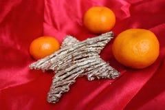 Dra tillbaka i USSR - mandariner, scharlakansröd torkduk och stjärna som ett symbol av de sovjetiska nya year'sferierna Arkivbilder