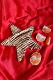 Dra tillbaka i USSR - mandariner, scharlakansröd torkduk och stjärna som ett symbol av de sovjetiska nya year'sferierna Arkivfoton