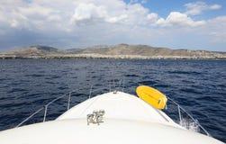 Dra tillbaka till Aten på en yacht som fotograferas från havet, Juni 10th, 2018 Fotografering för Bildbyråer