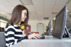 Dra tillbaka till begreppet för universitetet för skolutbildningkunskapshögskolan, ungdomarsom är den använda datoren och minnest fotografering för bildbyråer