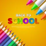Dra tillbaka till bokstäver för stil för snittet för skolapapper med realistiska färgrika blyertspennor och markörer Gul bakgrund Arkivbild