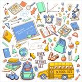 Dra tillbaka till den knapphändiga uppsättningen för skolafärg med tillförsel, schoolbusen, ryggsäcken, den svart tavlan, jordklo Arkivbild