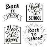 Dra tillbaka till dragen bokstäver för skolan handen Svart tavlabakgrund med färgrika blyertspennor Deltagaren av den höga gruppe Arkivfoton