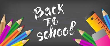 Dra tillbaka till dragen bokstäver för skolan handen Svart tavlabakgrund med färgrika blyertspennor Deltagaren av den höga gruppe Arkivbilder