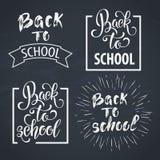 Dra tillbaka till dragen bokstäver för skolan handen Svart tavlabakgrund med färgrika blyertspennor Deltagaren av den höga gruppe Arkivbild