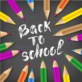 Dra tillbaka till dragen bokstäver för skolan handen Svart tavlabakgrund med färgrika blyertspennor Deltagaren av den höga gruppe Arkivfoto