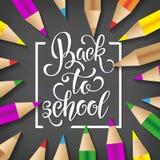 Dra tillbaka till dragen bokstäver för skolan handen Svart tavlabakgrund med färgrika blyertspennor Deltagaren av den höga gruppe Royaltyfri Foto