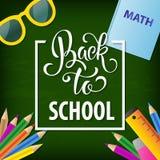 Dra tillbaka till dragen bokstäver för skolan handen Svart tavlabakgrund med färgrika blyertspennor Deltagaren av den höga gruppe Fotografering för Bildbyråer