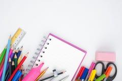 Dra tillbaka till skola- eller kontorshjälpmedel på vit bakgrund Arkivfoton
