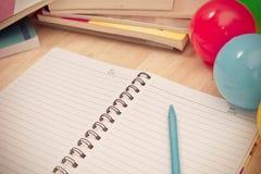 Dra tillbaka till skolabakgrund med anteckningsboken och den färgrika bollen, vinta Royaltyfria Bilder