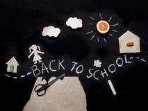 Dra tillbaka till skolabakgrund med barnet som går till skolan Kreativitet för barn` s origami Applikation på en svart tavla Sikt Royaltyfria Foton