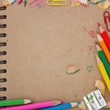Dra tillbaka till skolabakgrund med den bruna anteckningsboken Royaltyfri Foto