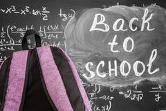 Dra tillbaka till skolabakgrund med den purpurfärgade skolapåsen och titel`en tillbaka till skola`- och matematikformler som är s Arkivbilder