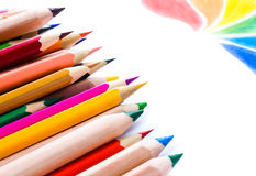 Dra tillbaka till skolabakgrund med kulöra blyertspennor. Kopiera utrymme för arkivfoto
