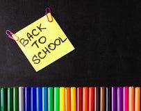 Dra tillbaka till skolabakgrund med mycket färgrika tuschpennor och färgrika blyertspennor, titlar tillbaka till skolan på guling Royaltyfri Fotografi