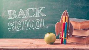 Dra tillbaka till skolabakgrund med raket Arkivbilder
