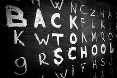 Dra tillbaka till skolabakgrund med titel` tillbaka till skola` bland andra bokstäver av det engelska alfabetet Arkivbilder