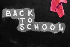 Dra tillbaka till skolabakgrund med titel` tillbaka till skola` som är skriftlig vid vit krita på den svarta svart tavlan och tra Fotografering för Bildbyråer