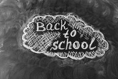 Dra tillbaka till skolabakgrund med titel tillbaka till skolan som är skriftlig vid vit krita på den svarta svart tavlan Royaltyfria Foton