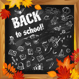 Dra tillbaka till skolabakgrund på mörka svart tavlawitnklotter och au Stock Illustrationer
