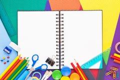 Dra tillbaka till skolabegreppet med anteckningsboken och kopiera utrymme Arkivbild