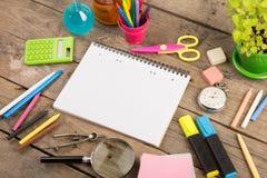 Dra tillbaka till skolabegreppet - skolatillförsel på träskrivbordet Royaltyfria Foton