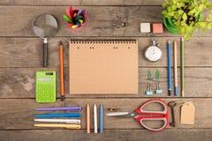 Dra tillbaka till skolabegreppet - skolatillförsel på träskrivbordet Fotografering för Bildbyråer