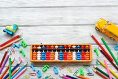 Dra tillbaka till skolabegreppet - skrivbordet för kontors- och studenttillförselarbete Mental aritmetisk Utrymme för text royaltyfri foto