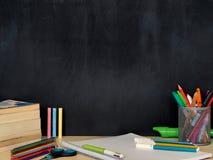 Dra tillbaka till skolabegreppsfotoet, studenten, blyertspennor på den svart tavlan royaltyfri fotografi